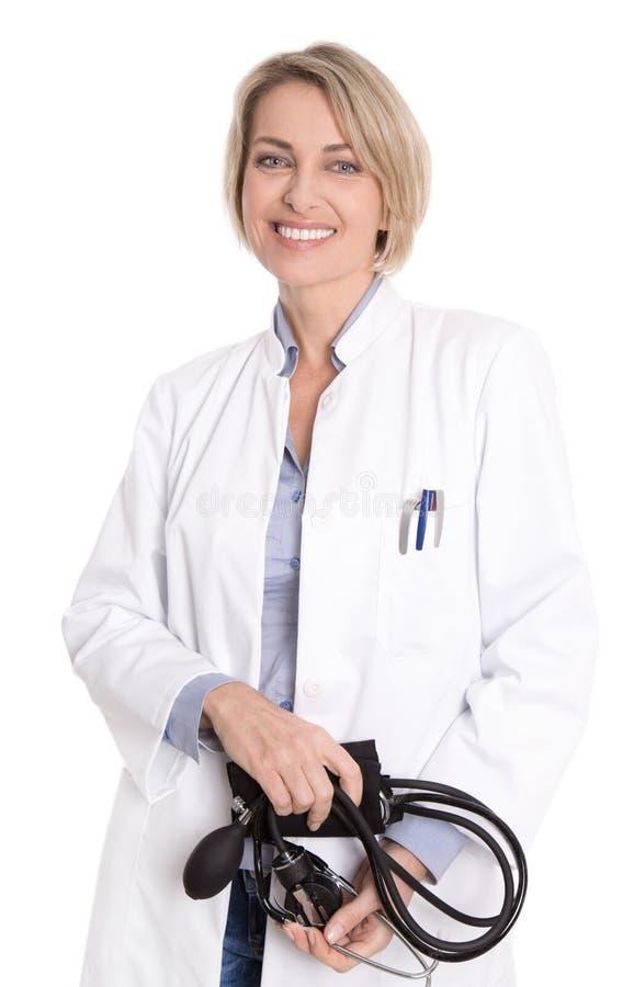 Isolerat le den kvinnliga doktorn på vit bakgrund. royaltyfri foto