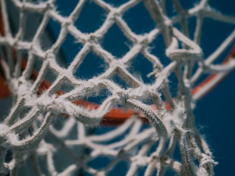 Isolerat netto skott för basket direkt under och se upp med den blåa himlen som bakgrunden arkivfoton
