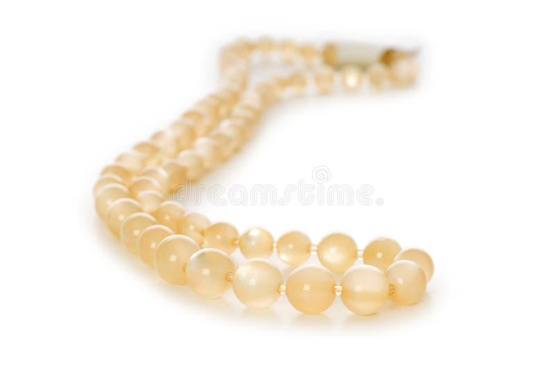 Isolerat pärlemorfärg halsband royaltyfri bild