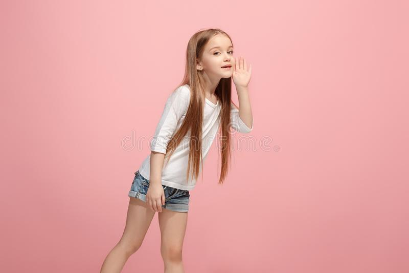Isolerat på den rosa unga tillfälliga tonåriga flickan som ropar på studion fotografering för bildbyråer