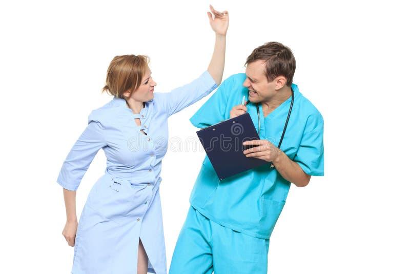 Isolerat på vit doktorn svär sjuksköterskan Han skriker och slår honom royaltyfri fotografi