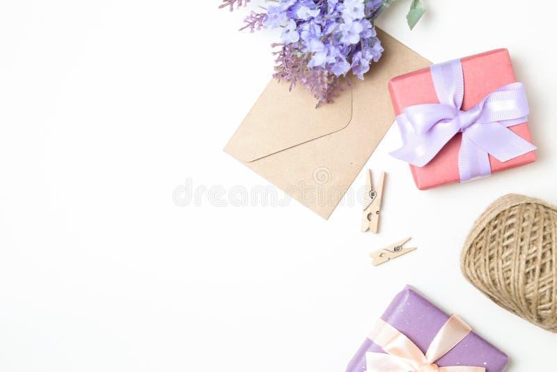 isolerat på vit som är selektiv fokusera Kuvert och gåva på vit bakgrund royaltyfri foto