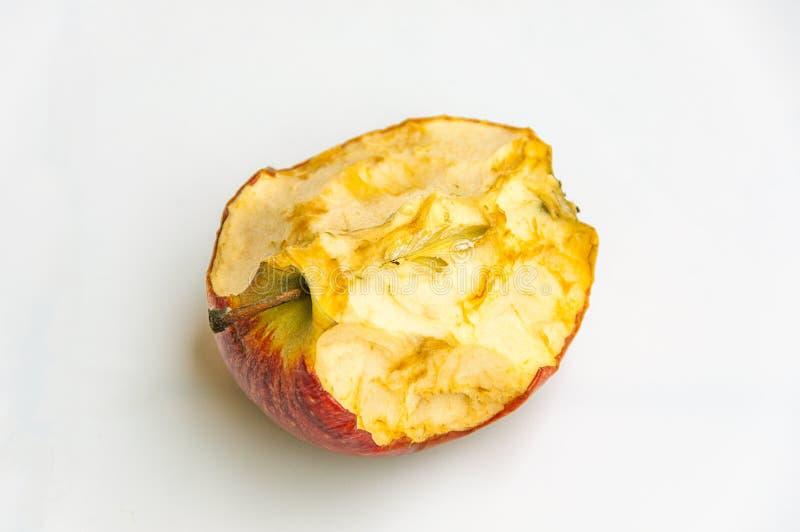 Isolerat ruttet äpple på vit bakgrund royaltyfri bild