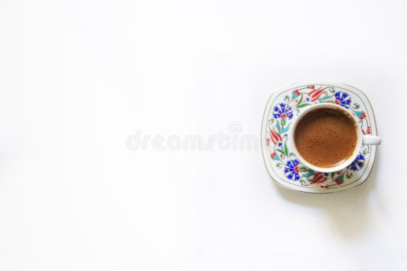 Isolerat turkiskt kaffe, kopp av turkiskt kaffe, traditionellt kaffe, vit bakgrund, turkiskt kaffe och tomt omr?de arkivbild