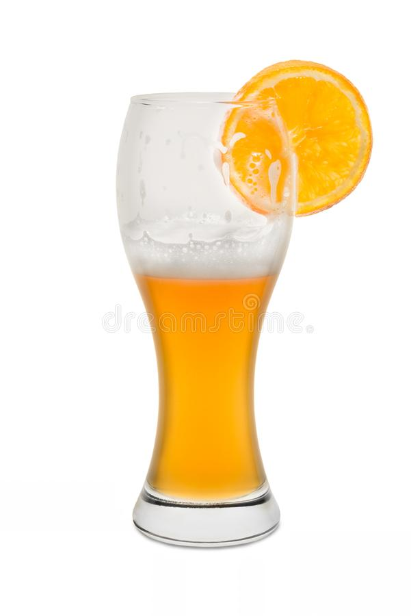 Isolerat veteöl som är halvfullt med den orange skivan arkivfoto