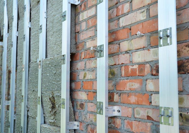 Isolerende Bouw De isolatie van de huisbakstenen muur voor energie - besparing Vernieuwing en isolatie woonhuis stock afbeelding