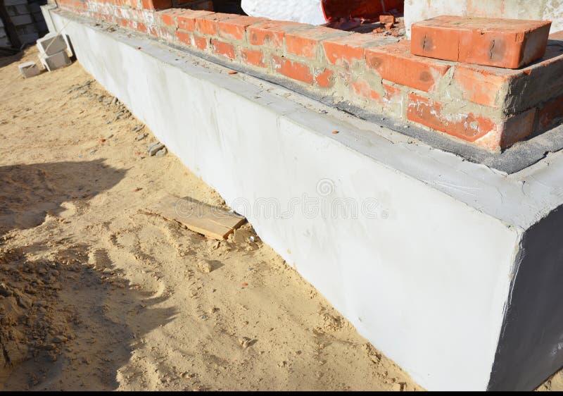 Isolering för husfundamentvägg och att rappa, fuktig provkopiering som waterproofing arkivfoton