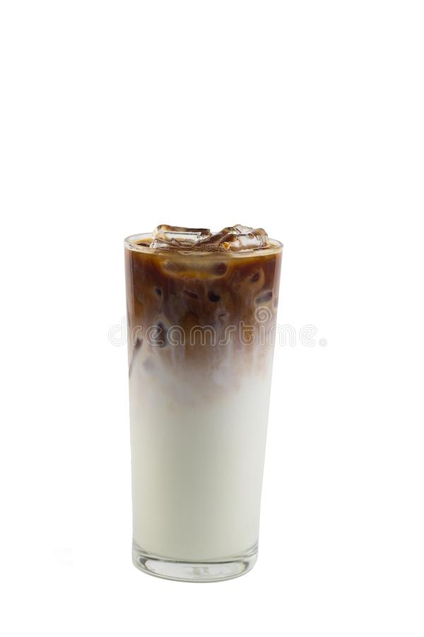 Isolez le long verre glacé de café sur le fond blanc Caramel glacé images libres de droits