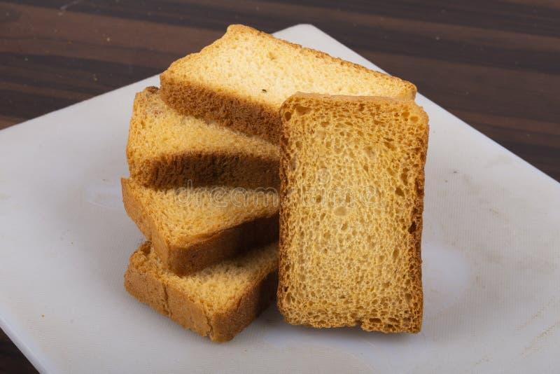 Isolez le pain grillé de lait ou la biscotte de suji avec la texture en bois image stock