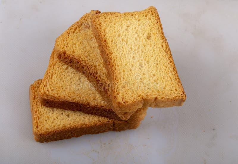 Isolez le pain grillé de lait ou la biscotte de suji photos stock