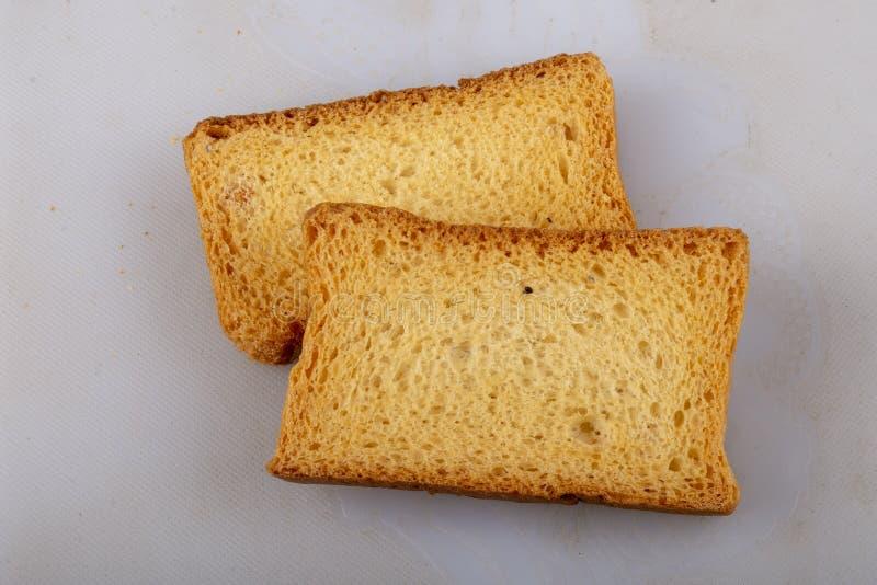 Isolez le pain grillé ou la biscotte de lait image libre de droits