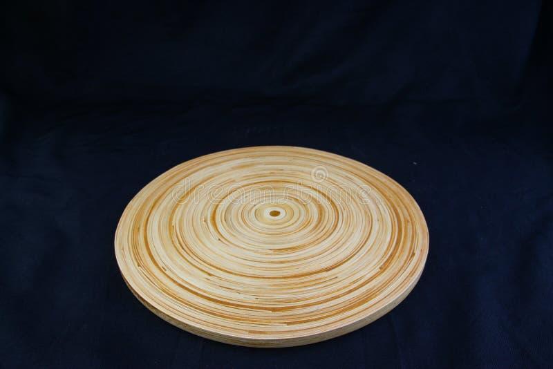 Isolez le plateau en bois de cercle sur le fond noir, avec le chemin de travail photographie stock