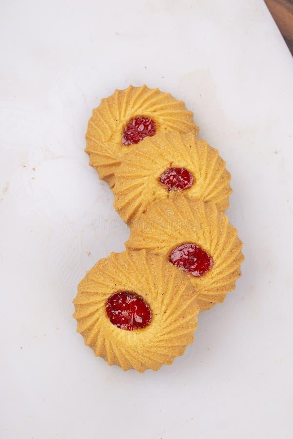 Isolez les biscuits cuits au four de confiture photos stock