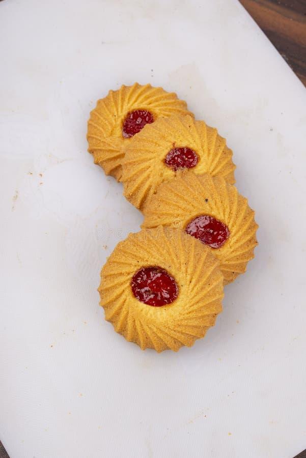 Isolez les biscuits cuits au four de confiture rament photographie stock libre de droits