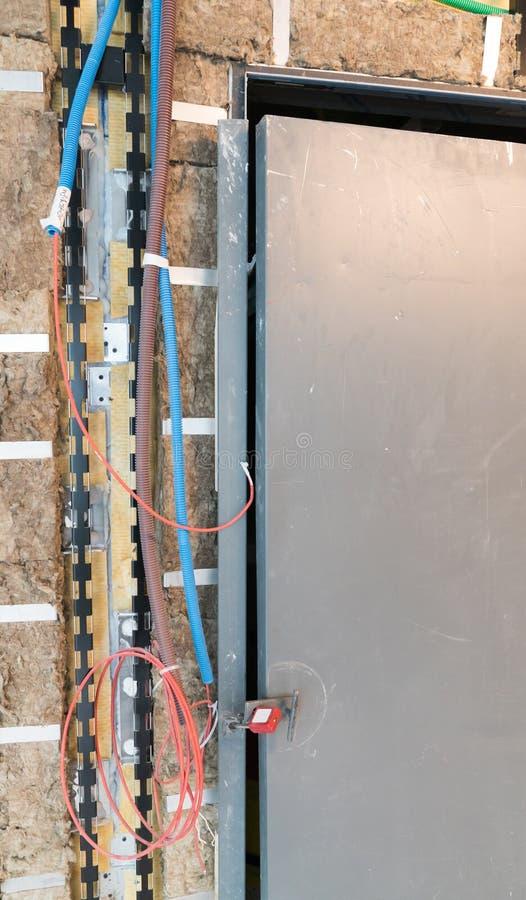 Isolierung und elektrische Verdrahtung um eine Aufzugswelle auf einer Baustelle stockfotos