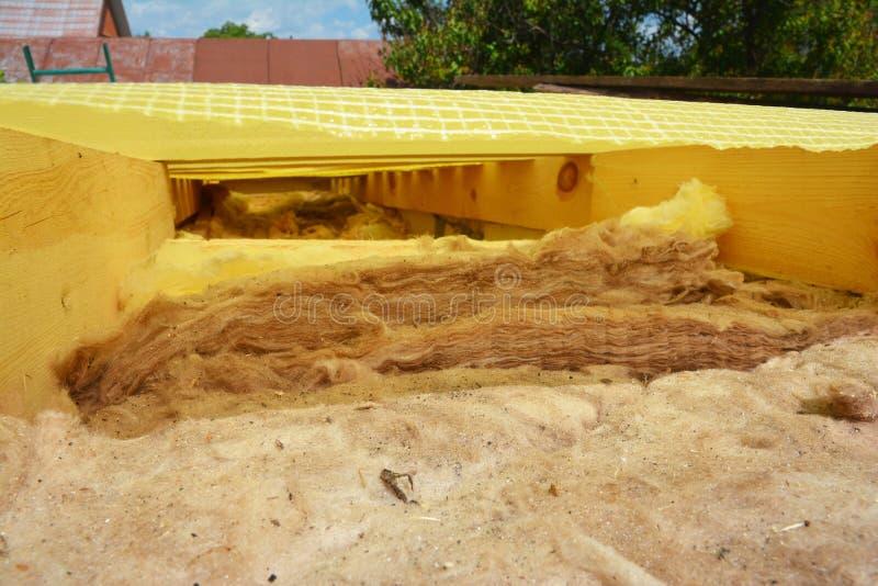 Isolierung von Mineralwolle, Isolierung von Mineralwolle für die Dachisolierung, Dachisolierung stockfoto