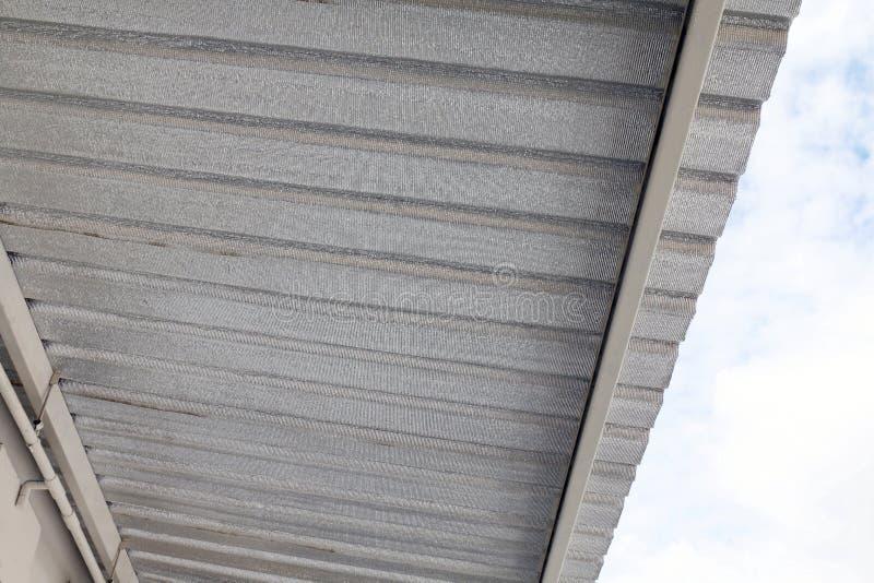 Isolierungsfaser-Widerstandblatt unter Dach, installieren Aluminiumfolieblatt, Dachbodenisolierung, das metallische Silber, Folie stockbild