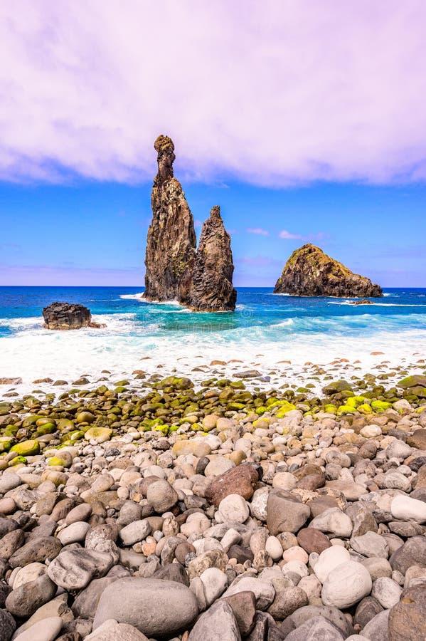 Isolotti della lava a Ribeira da Janela alla costa selvaggia e bella pietrosa della spiaggia - con le formazioni rocciose nell'oc fotografie stock