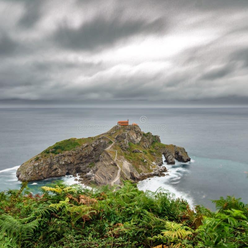 Isolotto di San Juan de Gaztelugatxe e cielo drammatico fotografia stock libera da diritti