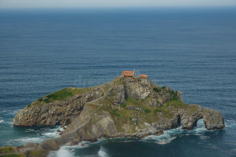 Isolotto di San Juan de Gaztelugatxe e mare Cantabrian immagini stock libere da diritti