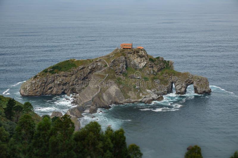 Isolotto di San Juan de Gaztelugatxe vicino alla linea costiera immagine stock libera da diritti