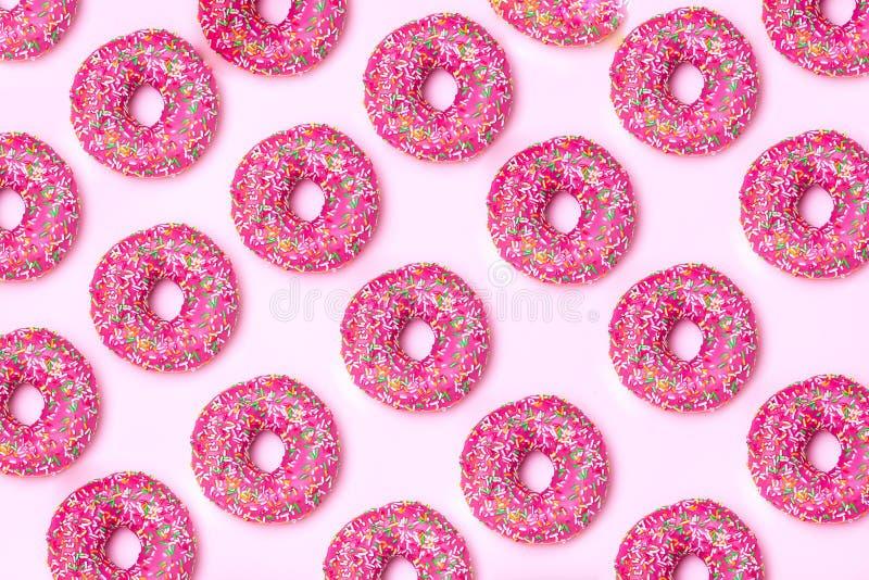 isométrico Modelo rosado del buñuelo en un fondo rosado imagen de archivo