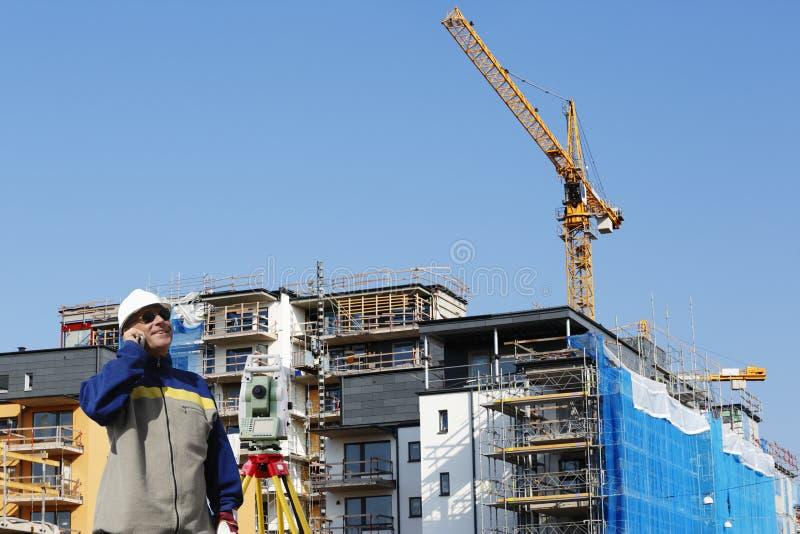 Ispettore con lo strumento di misura e la costruzione fotografie stock libere da diritti