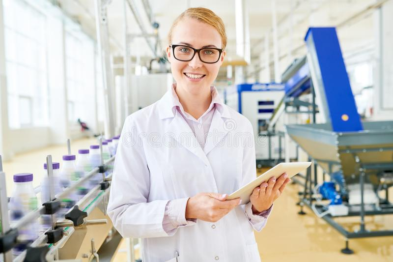 Ispettore sorridente alla centrale del latte della soia immagini stock