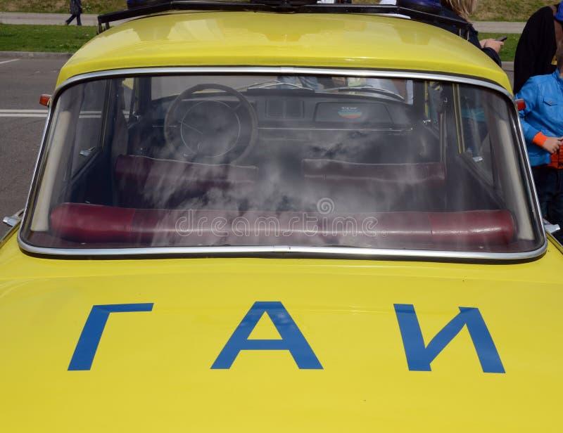 Ispezione dell'automobile dello stato del ` del ` Moskvich-412 dell'automobile alla mostra di vecchia attrezzatura fotografie stock libere da diritti