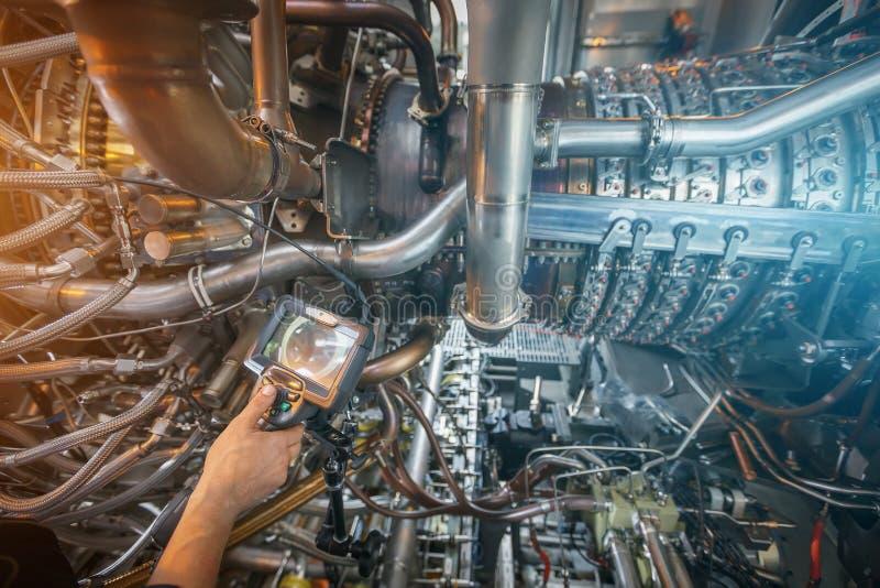 Ispezione di una turbina a gas facendo uso di video endoscopio Ricerca dei difetti dentro la turbina e la fucilazione sul video,  fotografie stock