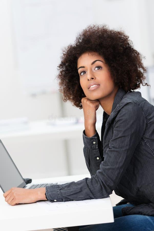 Ispirazione di ricerca della giovane donna di affari immagini stock
