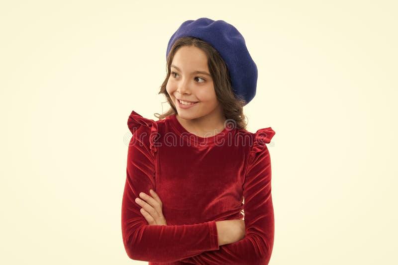 Ispirazione di stile del berretto Come portare berretto come la ragazza di modo Fronte sorridente della piccola ragazza sveglia d immagine stock libera da diritti
