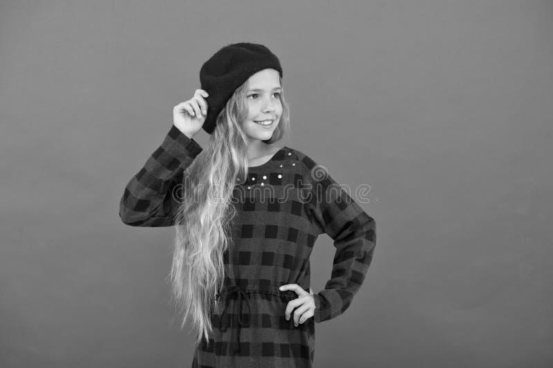 Ispirazione di stile del berretto Come portare berretto come la ragazza di modo Piccola ragazza sveglia del bambino con capelli l immagini stock