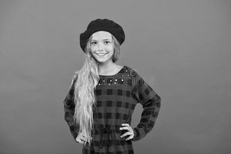 Ispirazione di stile del berretto Berretto di usura come la ragazza di modo Piccola ragazza sveglia del bambino con capelli biond fotografia stock libera da diritti