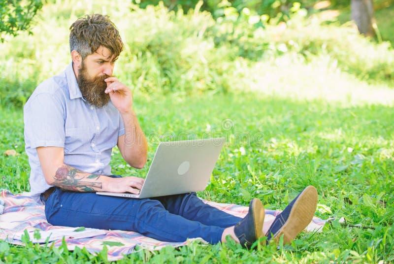 Ispirazione per il blogging Blogger che ? ispirato di natura Uomo barbuto con il fondo della natura del computer portatile Il blo fotografie stock