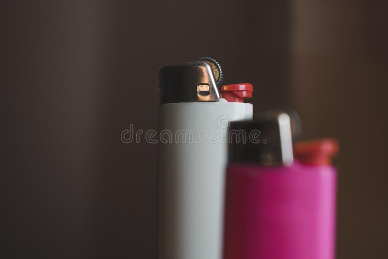 Isqueiro no fundo branco e cor-de-rosa fotografia de stock royalty free