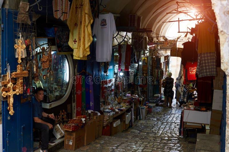 Israël, Jeruzalem 25 Augustus het Beroemde oriëntatiepunt van 2018 van Jeruzalem - Markt in Oude stad, het Moslimkwart Smalle str royalty-vrije stock fotografie