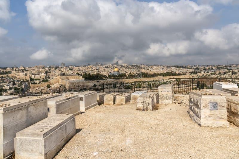 Israël, Jeruzalem, Mening van Onderstel Zion, meer dan de oude stad, met in de voorgrond, een deel van duizenden graven stock afbeelding