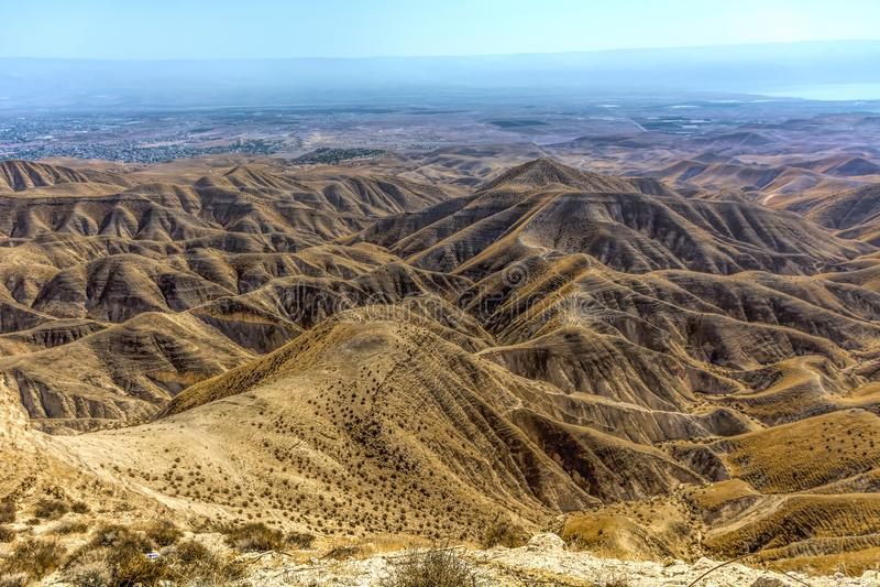 Israël, Negev, woestijn overzicht op de Negef-woestijn met zijn ruwe lijnstructuur van een hoog punt, in de afstand u t kunt zien stock foto