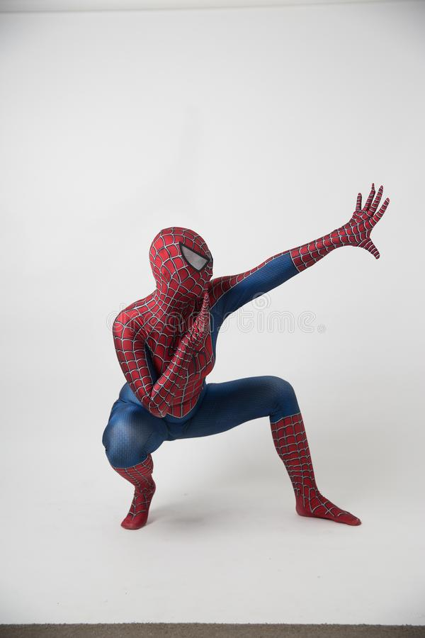 Israël, Tel. Aviv October 14, 2018: De mens in een Spiderman-kostuum buiten Tamper Convention Center tijdens Grappig bedriegt stock foto