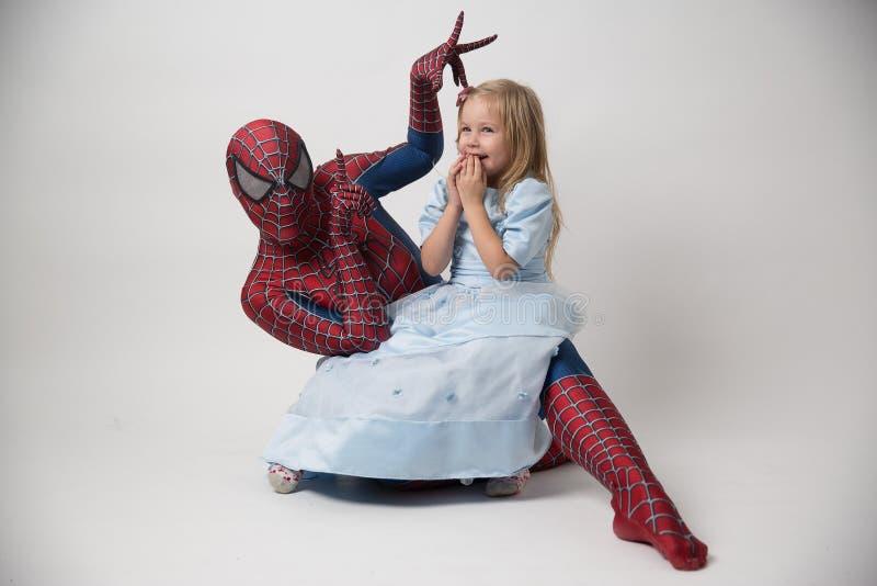 Israël, Tel. Aviv October 14, 2018 Spiderman houdt een klein meisje in zijn wapens Een mens in een spiderman kostuum kwam aan stock afbeeldingen