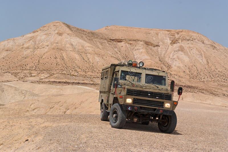 Israëlisch leger Humvee op patrouille in de woestijn Judean stock afbeelding