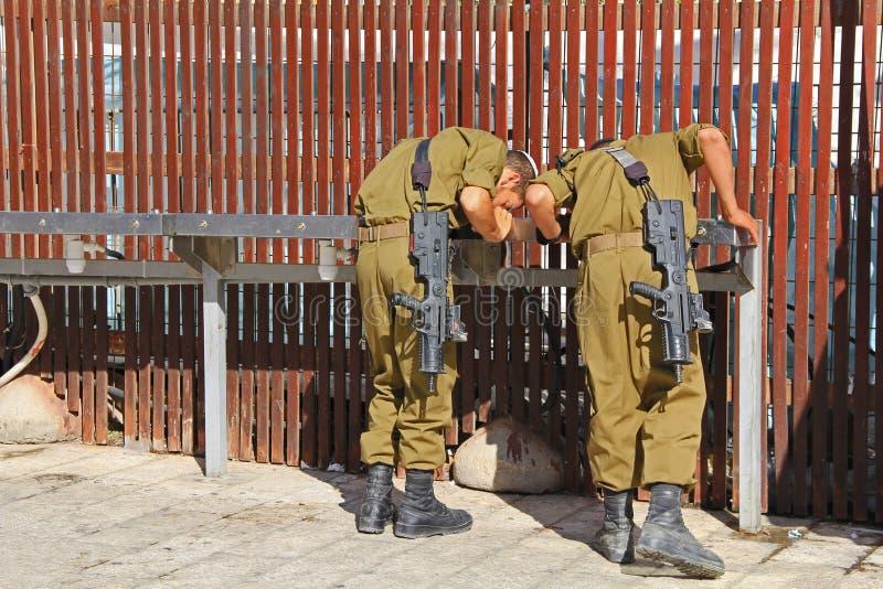 Israëlisch Troepen Drinkwater royalty-vrije stock afbeeldingen
