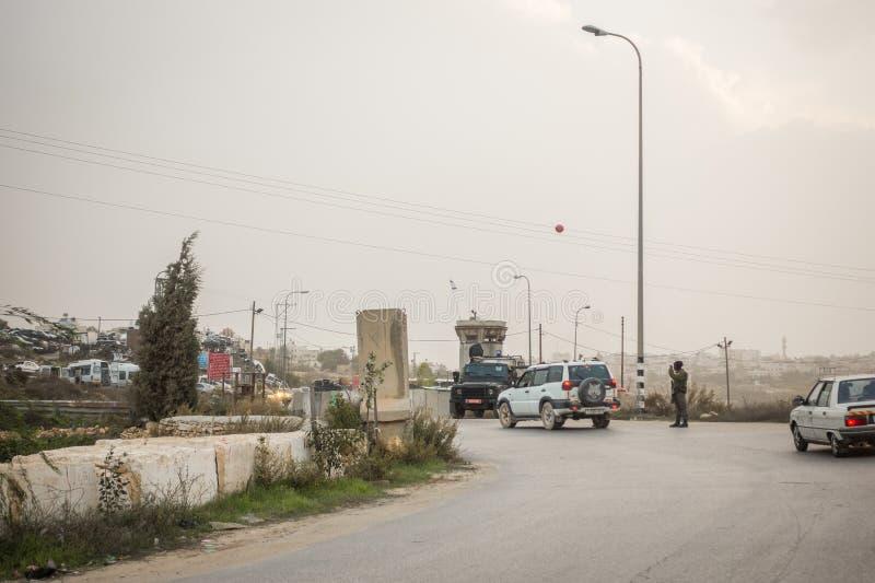 Israëlische militairen die Palestijnen controleren royalty-vrije stock foto's