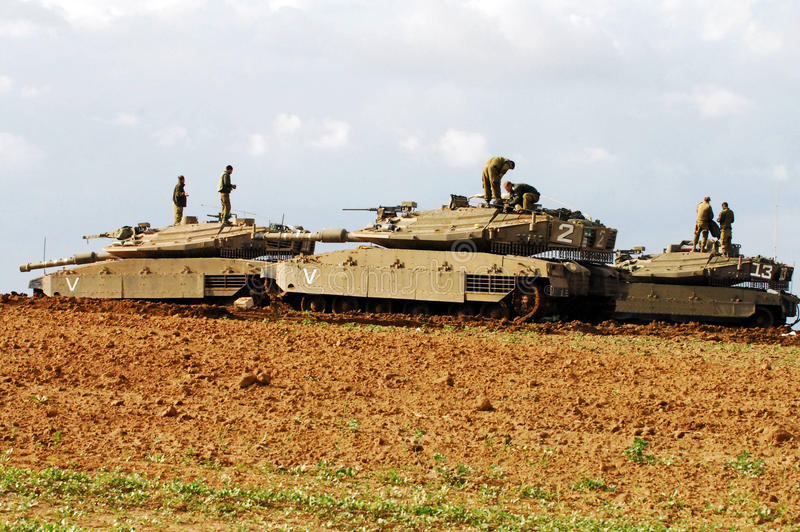 Israëlische tanks dichtbij Gazastrook stock afbeelding