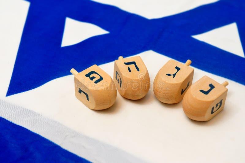 Israëlische Vlag met Houten Dreidels stock afbeeldingen