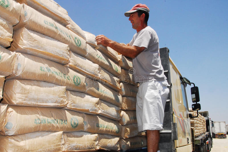 Israel Allows Goods Including Cement in i Gaza arkivfoto