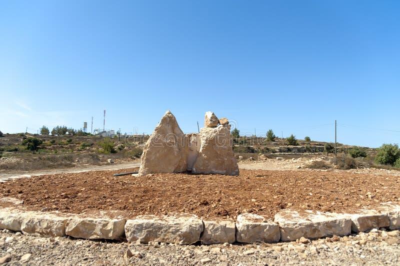 Israel Bethel Mening van officieel geïdentificeerde vlek de Rots van Jacobs-droom in Bethel zoals die in ontstaan 28-12-19 in oud stock foto's
