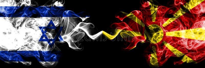 Israel contra Macedônia, bandeiras místicos fumarentos macedônias colocadas de lado a lado Grosso colorido de seda fuma a bandeir ilustração do vetor