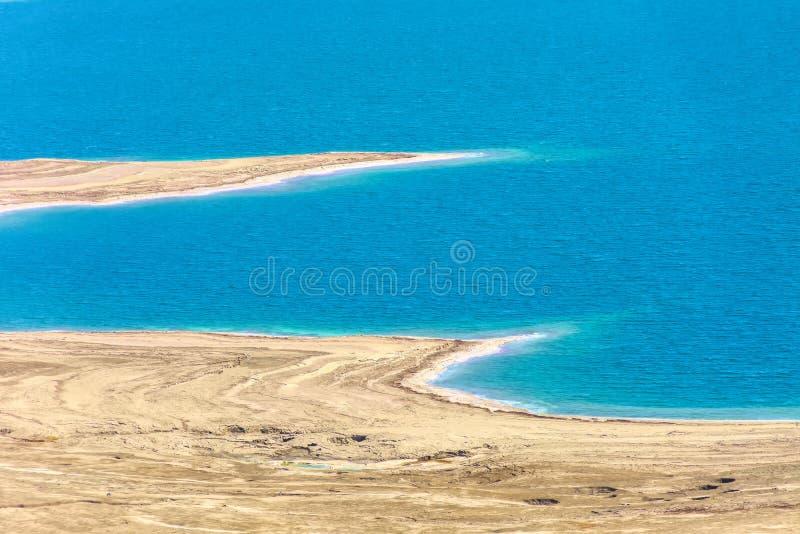 Israel Dead Sea Vue au-dessus d'une partie de la mer morte avec ses plages erratiques d'un point de vue élevé photographie stock libre de droits